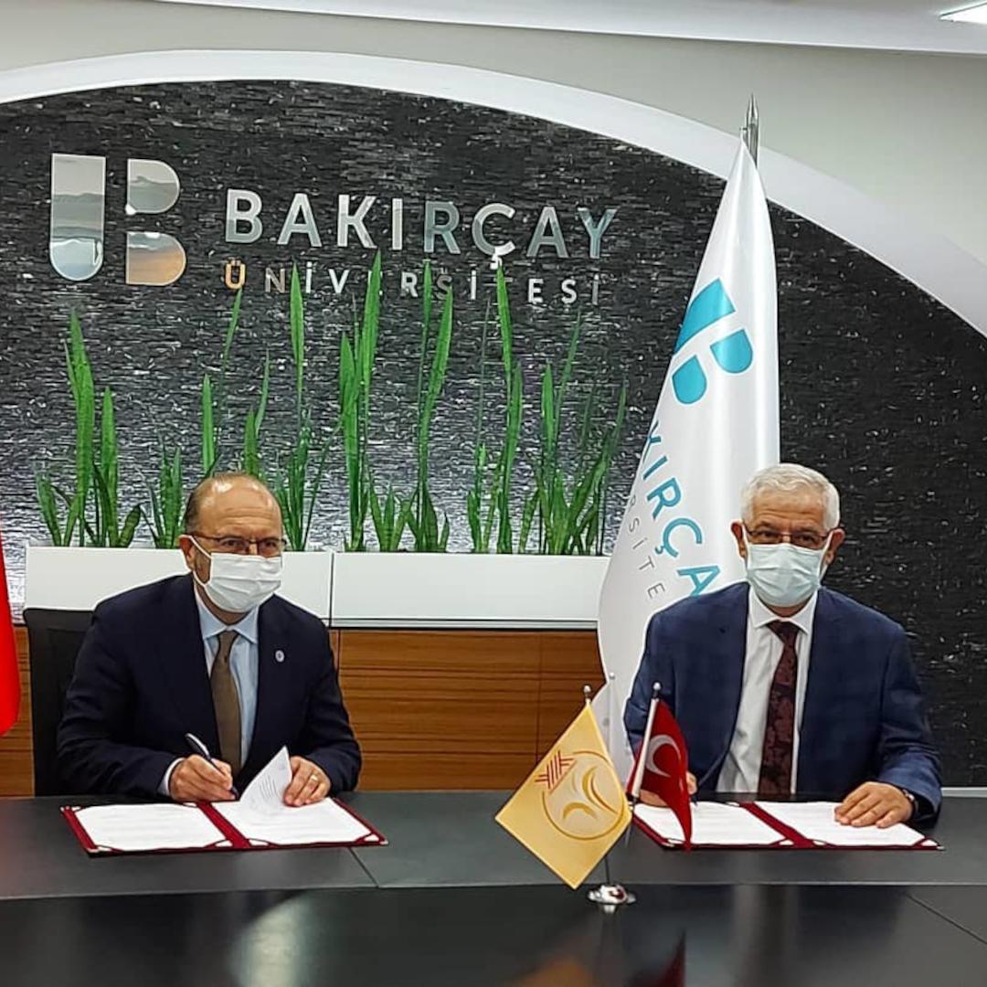 İzmir Tınaztepe Üniversitesi ve İzmir Bakırçay Üniversitesi arasında imzalanan protokol ile akademik ve inovasyon alanlarındaki işbirliklerimize bir yenisi daha eklendi